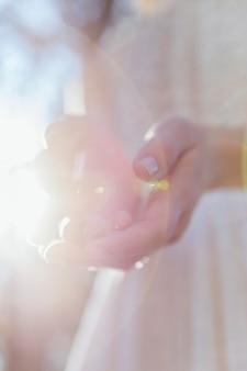 Mulher, segurando, dela, mãos, em, luz solar