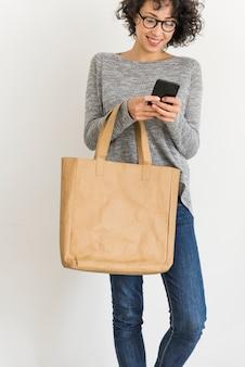 Mulher, segurando, desenho, espaço, couro, sacola