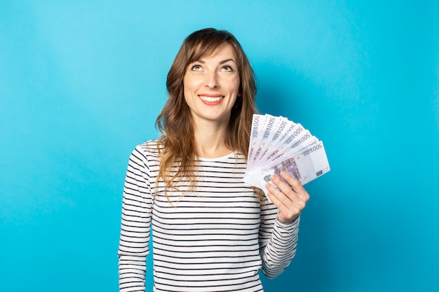 Mulher segurando dinheiro nas mãos dela