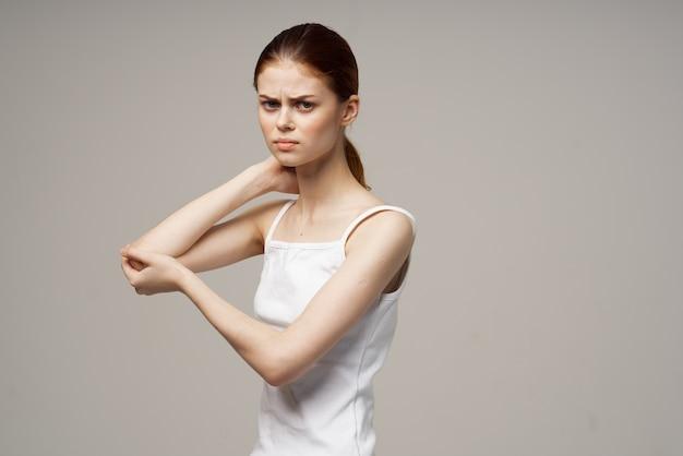 Mulher segurando dor de cotovelo osteoporose problemas de saúde Foto Premium