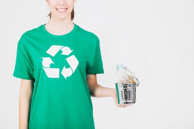 Mulher, segurando, dustbin, cheio, lixo