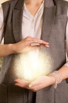 Mulher segurando energia reiki nas mãos