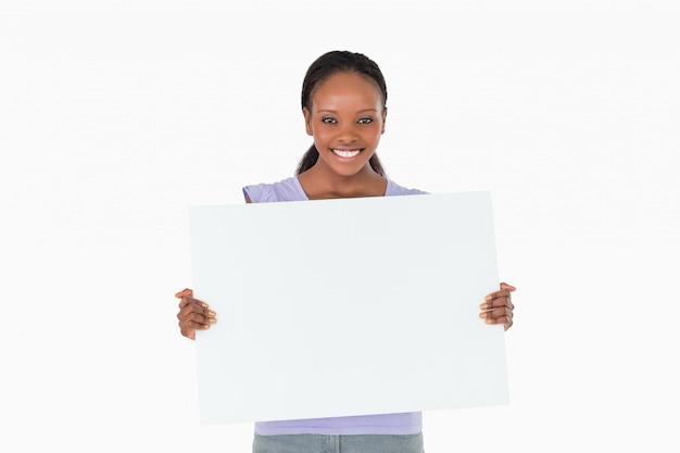 Mulher segurando espaço reservado nas mãos no fundo branco