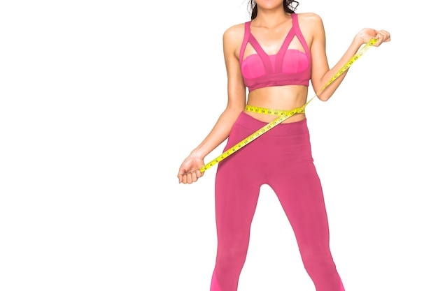 Mulher segurando fita métrica na cintura