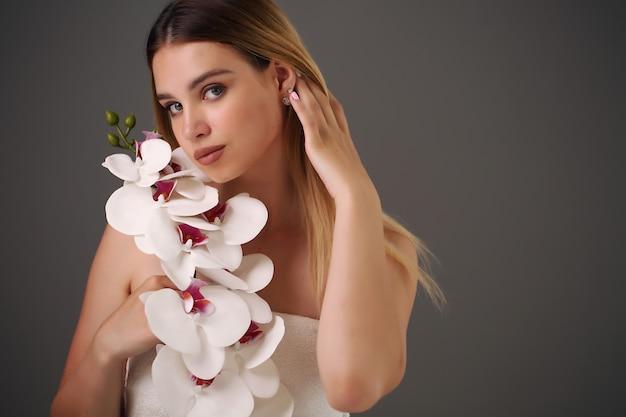 Mulher segurando flor de beleza
