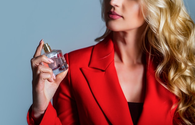 Mulher segurando frasco de perfume