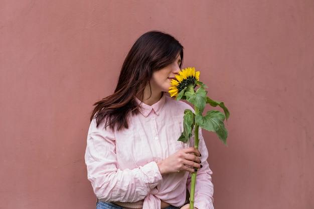 Mulher, segurando, fresco, flor amarela