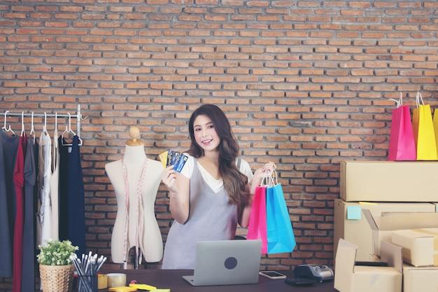 Mulher segurando fundo de sacolas de compras, vendas online de compras.