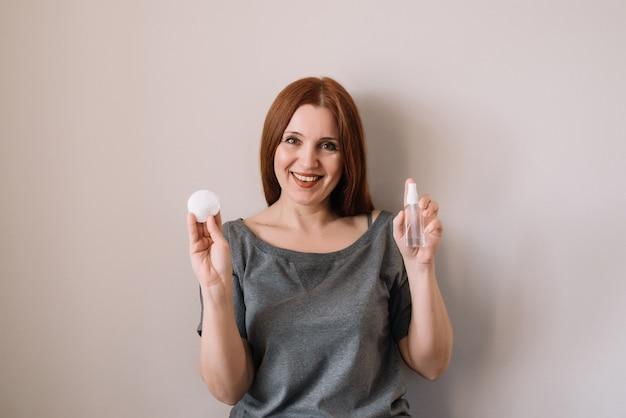 Mulher segurando gel desinfetante nas mãos