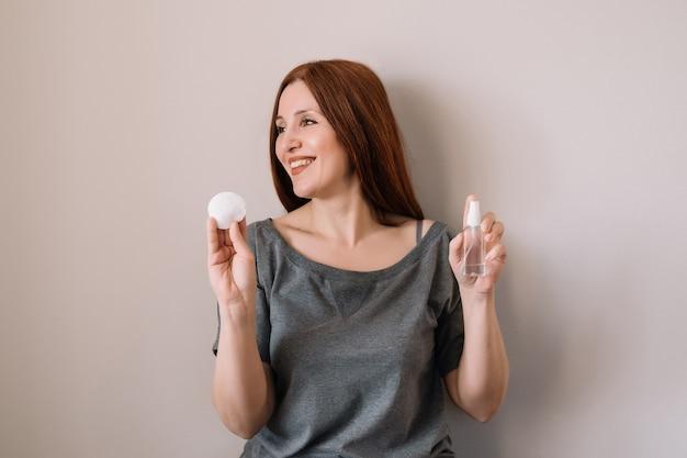 Mulher segurando gel sanitaze nas mãos