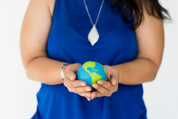 Mulher, segurando, globo, ambiental, conservação