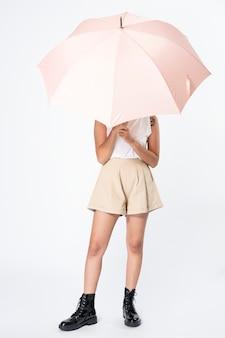 Mulher segurando guarda-chuva rosa roupas casuais