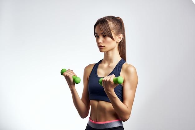 Mulher segurando halteres exercícios de musculação