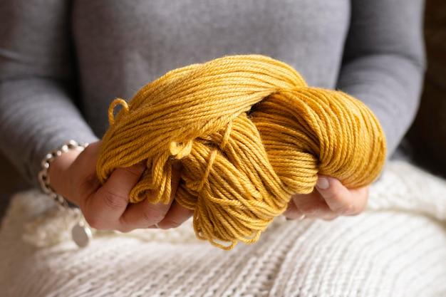 Mulher segurando lã