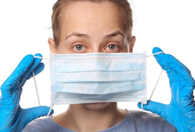 Mulher segurando máscara médica na frente do rosto isolado no branco