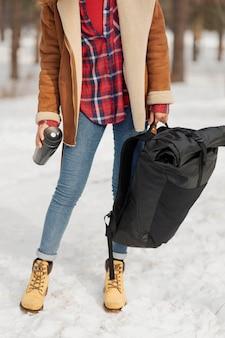 Mulher segurando mochila em close