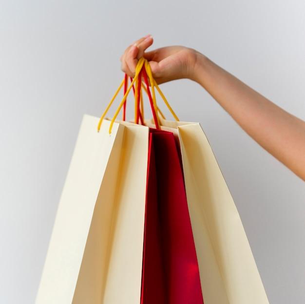 Mulher segurando muitas sacolas de compras