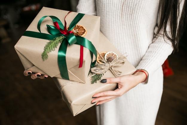 Mulher, segurando, natal, presentes