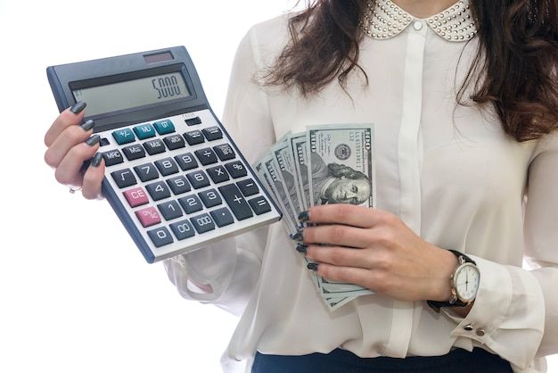 Mulher segurando notas de dólar e calculadora isoladas em branco
