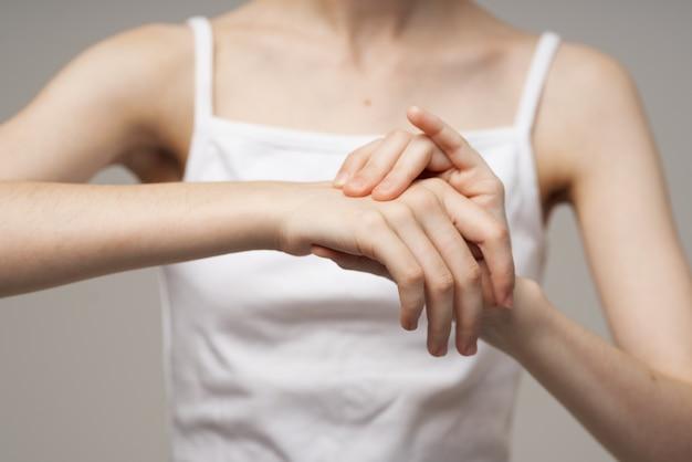 Mulher segurando o braço, problemas de saúde, tratamento em estúdio conjunto
