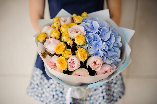 Mulher segurando o buquê de flores nas mãos