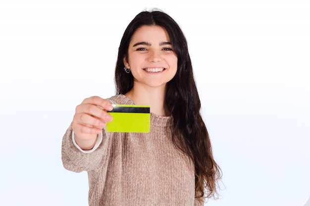 Mulher segurando o cartão de crédito.