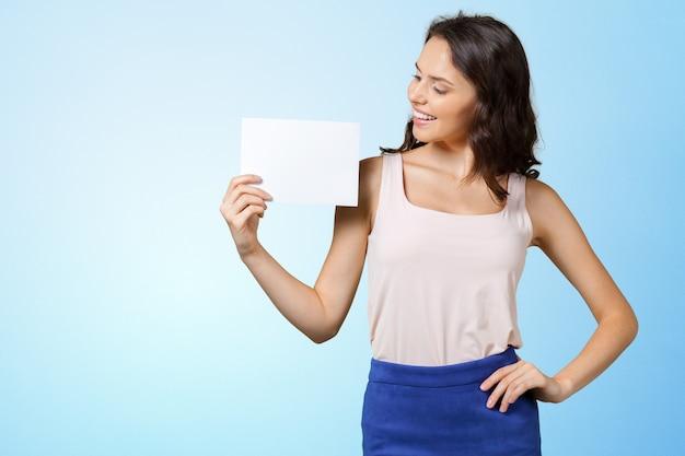Mulher segurando o cartão em branco.