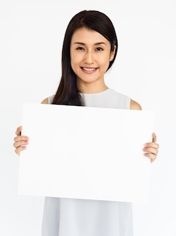 Mulher segurando o conceito de cartaz em branco branco