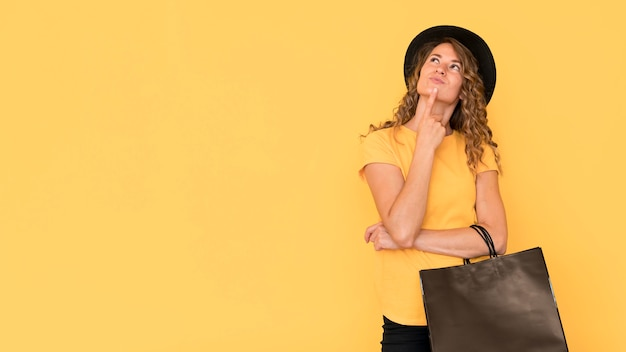 Mulher segurando o espaço da cópia da sacola preta de sexta-feira