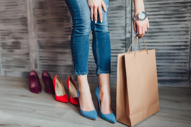 Mulher segurando o pacote de papel após o tempo de compras.