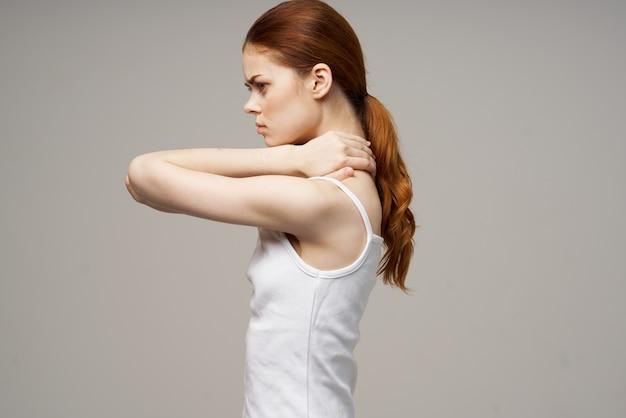 Mulher segurando o pescoço, problemas de saúde, tratamento em estúdio conjunto