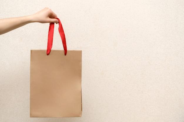 Mulher segurando o saco de compras de artesanato