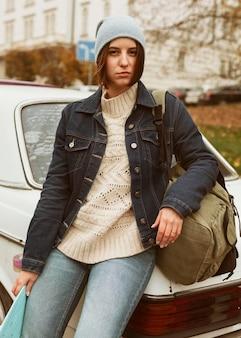 Mulher segurando o skate enquanto está sentada no carro