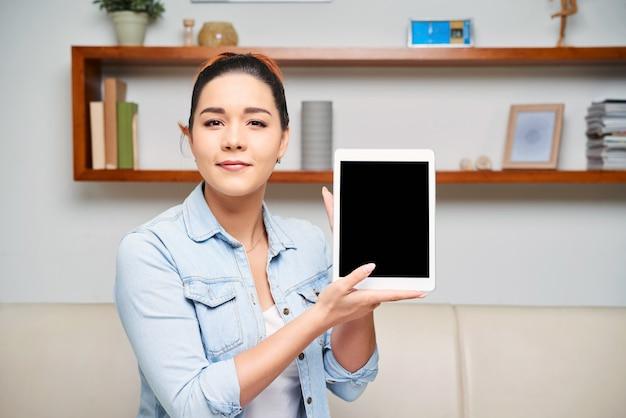 Mulher segurando o tablet pc