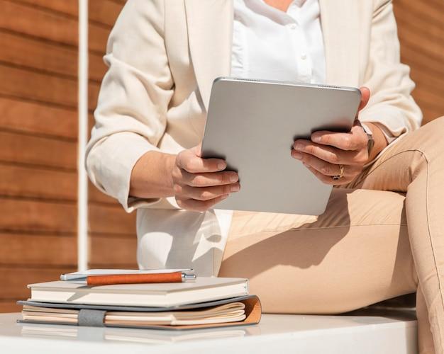 Mulher segurando o tablet