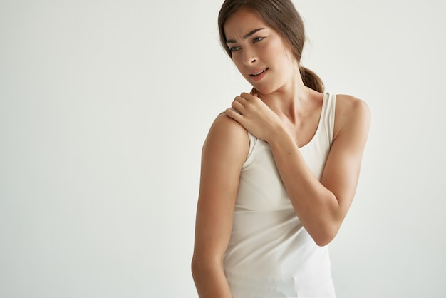 Mulher segurando ombro, problemas de saúde, massagem, dor
