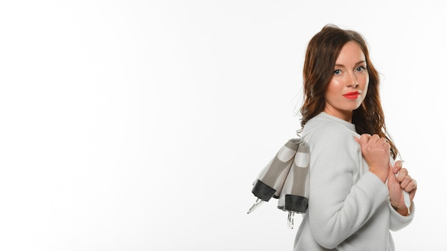 Mulher segurando patins de gelo no ombro