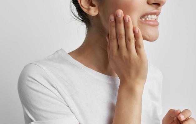 Mulher segurando problemas de saúde de dor de cabeça e enxaqueca no rosto.