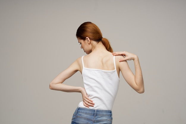 Mulher segurando problemas de saúde na região lombar, remédio, terapia, massagem