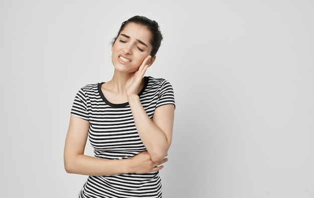 Mulher segurando rosto problemas dentários dor insatisfação