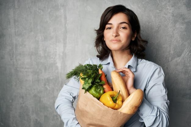 Mulher segurando sacola de comida comida saudável dieta vegetais supermercado
