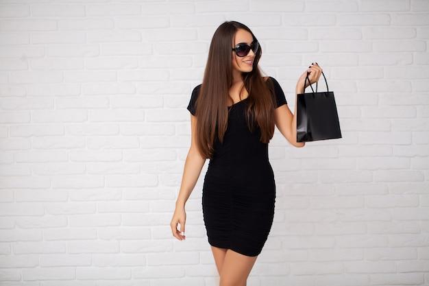 Mulher segurando sacola de compras no feriado de sexta-feira preta
