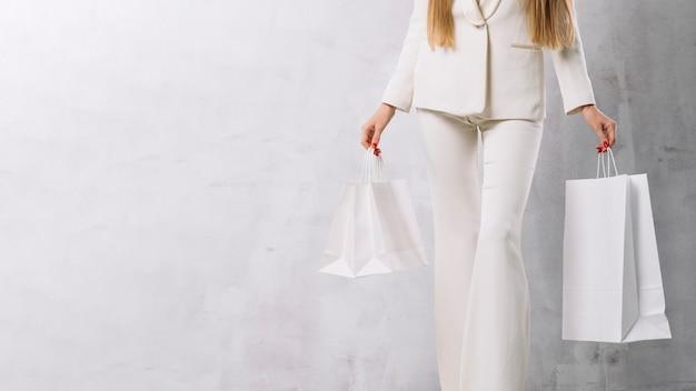 Mulher segurando sacolas com espaço de cópia