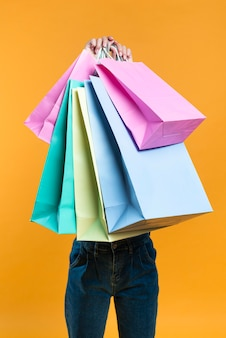 Mulher segurando sacolas de compras
