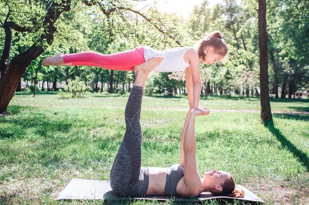 Mulher segurando seu filho nos pés.