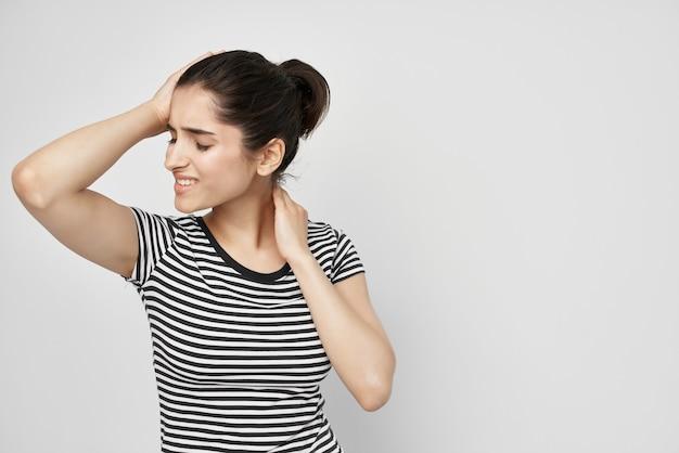 Mulher segurando seu fundo isolado cabeça depressão enxaqueca. foto de alta qualidade