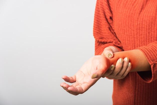 Mulher segurando sua dor aguda no pulso das mãos conceito de síndrome de escritório sintomático de cuidados de saúde, artrite, cuidados corporais