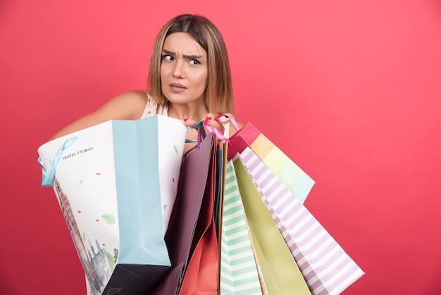 Mulher segurando suas sacolas de compras.