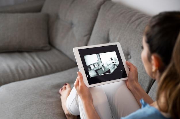 Mulher segurando tablet de perto