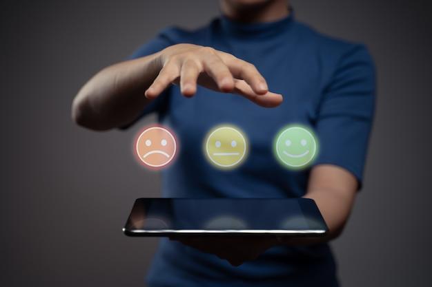 Mulher segurando tablet e mostrar efeito de holograma emoticon